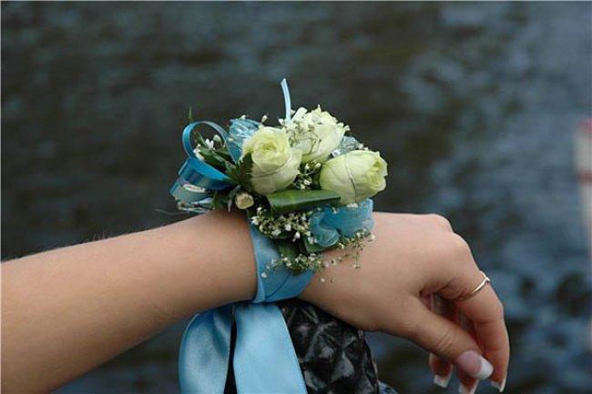 Бутоньерка на руку подружкам невесты своими руками