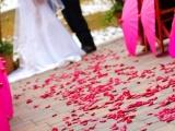 Как украсить свадьбу лепестками роз?